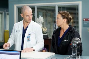Richard Flood ed Ellen Pompeo in una scena di Grey's Anatomy 16