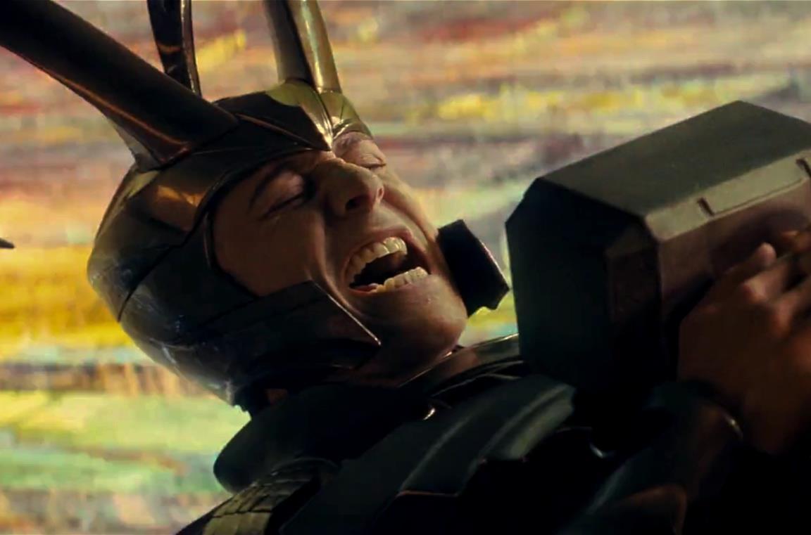 TomHiddleston è Loki, schiacciato dal peso del martello di Thor