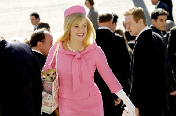 Reese Witherspoon in una scena de La rivincita delle bionde