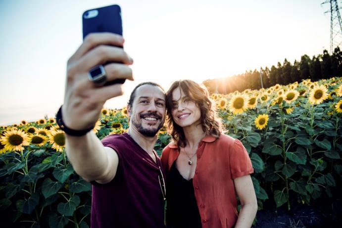 Accorsi e Smutniak fanno un selfie in un campo di girasoli