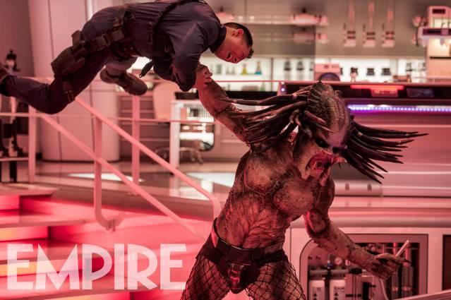 Il Predator impala un essere umano in uno scatto del film di Shane Black