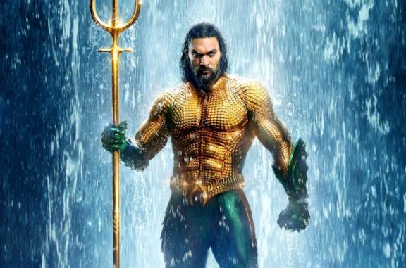 Jason Momoa è Aquaman nel poster ufficiale del cinecomic del 2018