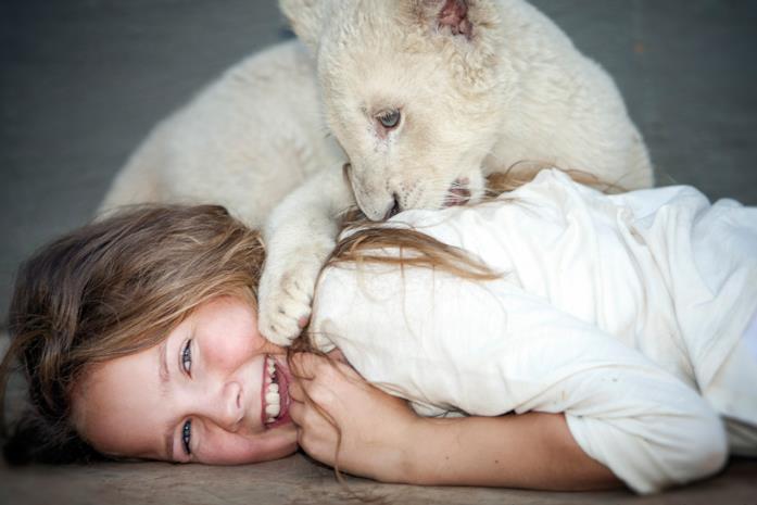 La giovane Mia con Charlie cucciolo