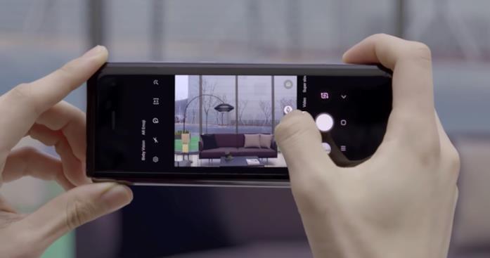 L'app Fotocamera in esecuzione sul Galaxy Fold in modalità smartphone