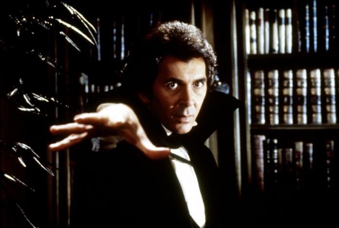Un'immagine che ritrae Frank Langella nei panni di Dracula