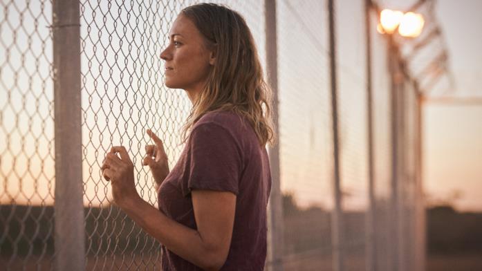 Una delle protagoniste davanti a un recinto