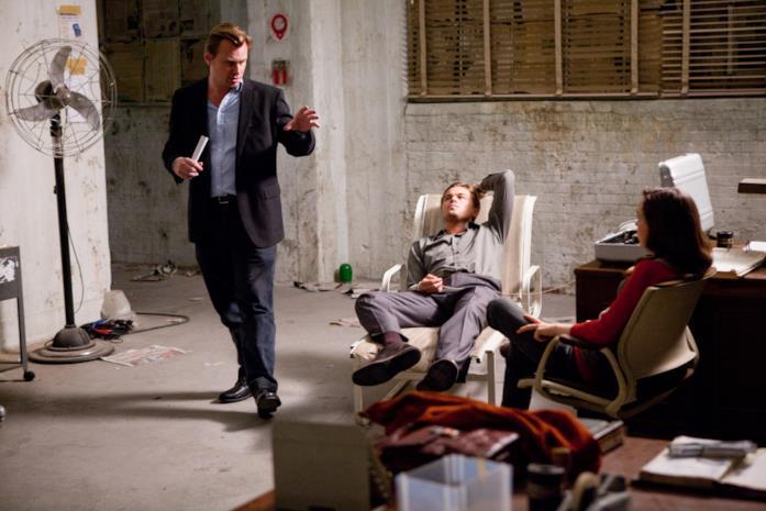 Nolan spiega la scena agli attori seduti sulle sedie