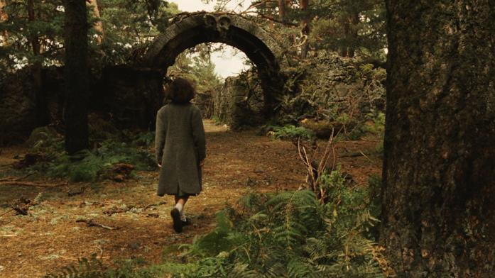Ofelia entra nel labirinto nel bosco