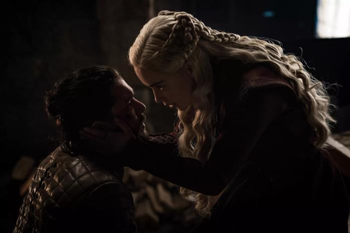 Kit Harington ed Emilia Clarke in Game of Thrones 8x04
