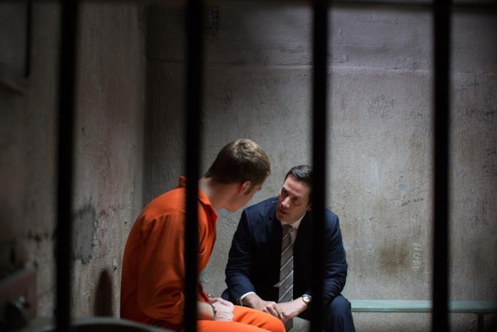 Keanu Reeves discorre con Gabriel Basso nella sua cella in Una Doppia Verità
