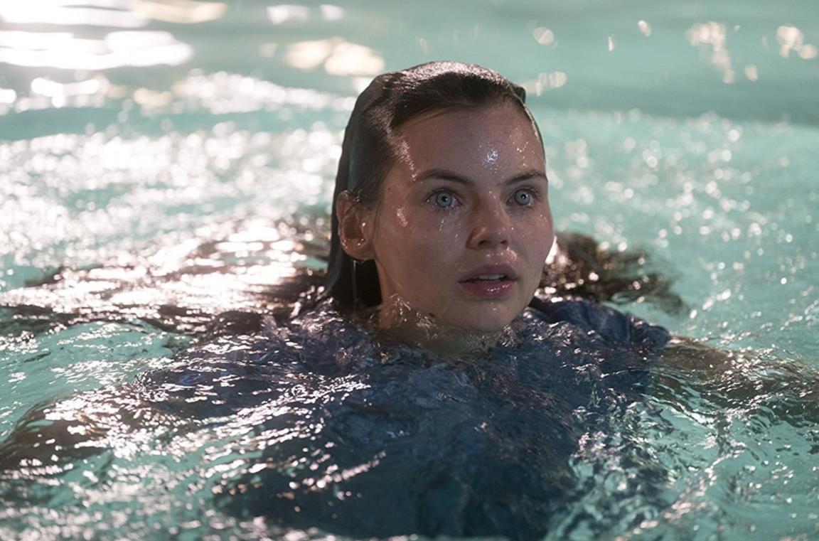 La sirena Ryn si trova immersa nell'acqua