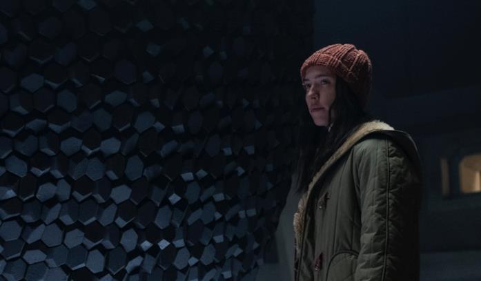 Rebecca Hall con alle spalle l'artefatto al centro del Loop