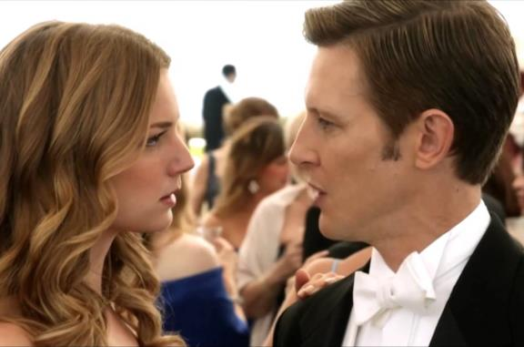 Emily e Nolan in una scena di Revenge