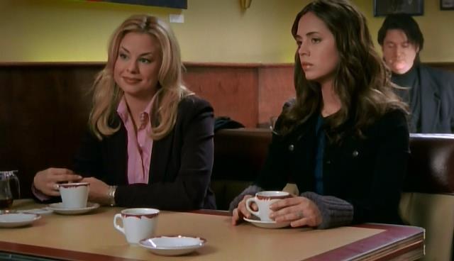 Jessica Collins in una scena di tru Calling insieme alla protagonista