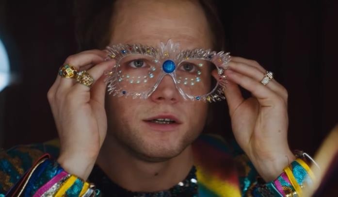 Elton John indossa gli occhiali e si prepara a iniziare un'esibizione