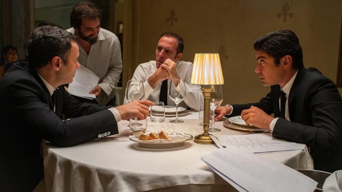Il cast de Gli Infedeli in una scena del film