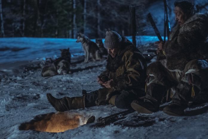 Dafoe circondato dalla sua muta di cani