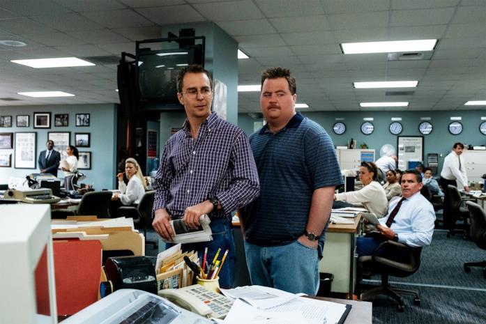 Paul Walter Hauser e Sam Rockwell nella redazione del quotidiano di Atlanta