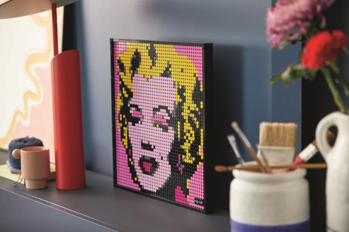 Una mensola sulla quale è poggiato il set LEGO Art finito di Marilyn Monroe