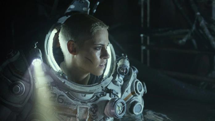 Kristen Stewart in tuta subacquea in una scena nel film Underwater