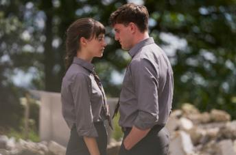 Daisy Edgar-Jones e Paul Mescal in una scena della serie TV Normal People