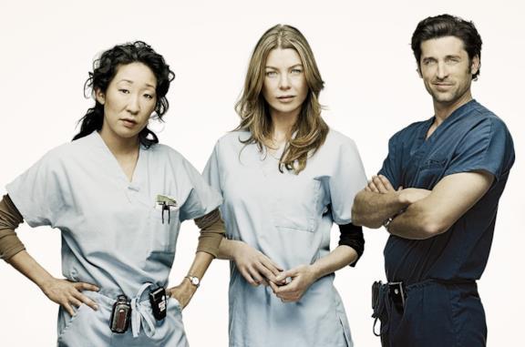 Sandra Oh, Ellen Pompeo e Patrick Dempsey in un'immagine promozionale di Grey's Anatomy