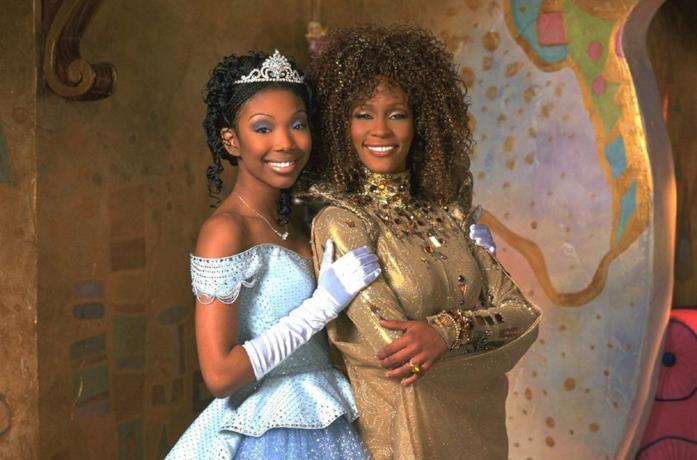 Brandy Norwood e Whitney Houston in una scena del film Cenerentola