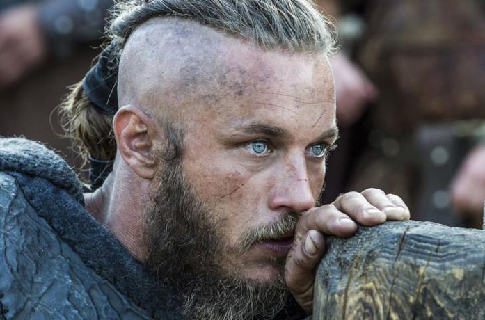 Travis Fimmel nei panni di Ragnar nelle prime stagioni di Vikings