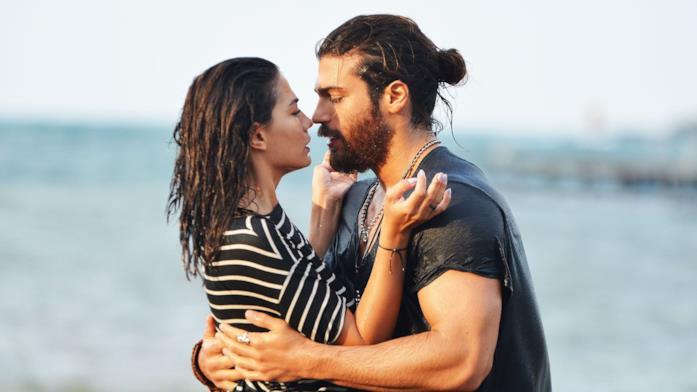 Can Yaman e Demet Özdemir in una scena di Daydreamer