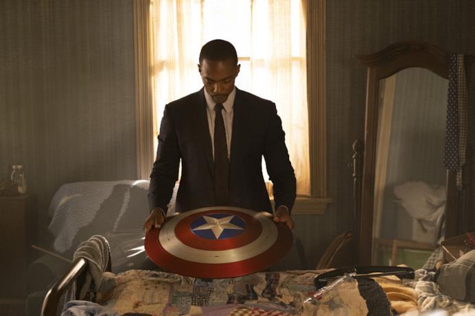 Sam Wilson osserva lo scudo di Captain America