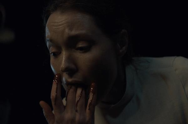 Bevm famelica di fronte al sangue di Annie