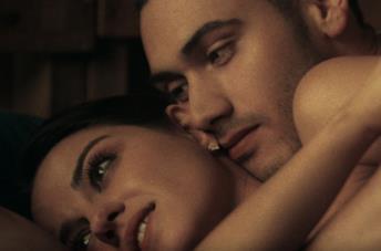 Maite Perroni e Alejandro Speitzer in una scena di Oscuro desiderio