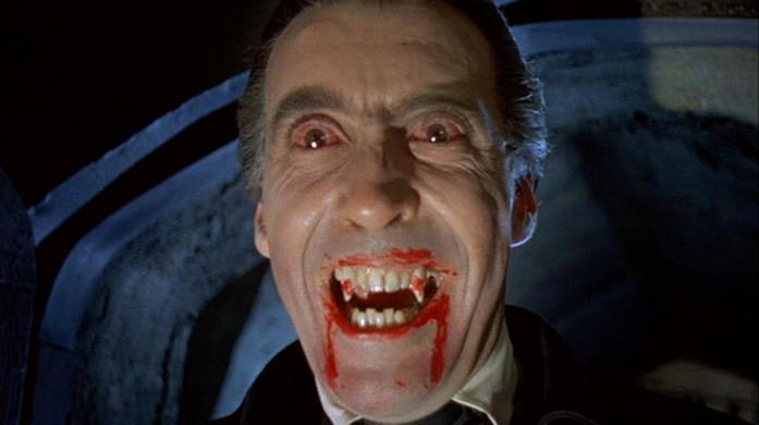 Un primo piano che ritrae Christopher Lee nei panni del Conte Dracula