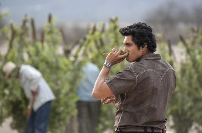 Tenoch Huerta in una scena della serie Narcos: Messico