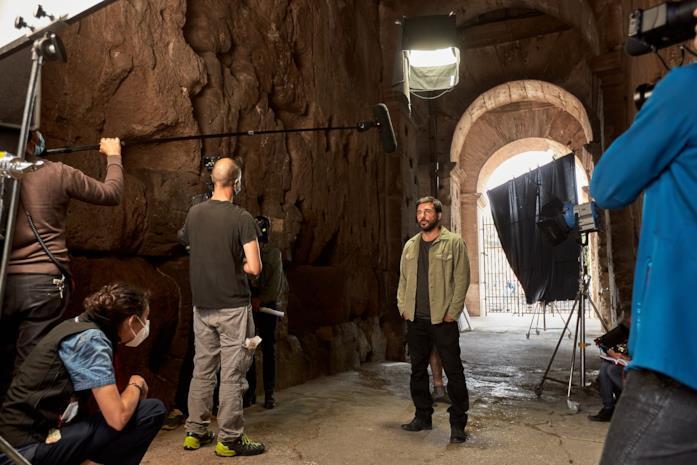 Edoardo Leo durante le riprese al Colosseo