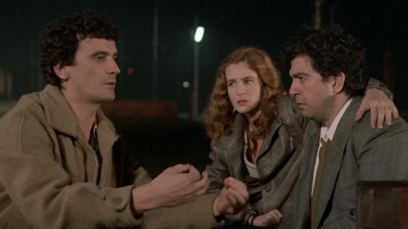 Vincenzo sta parlando con Anna e Tonino, mentre i tre si trovano in un luogo con poca luce