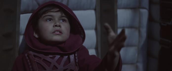Il misterioso bambino vestito di rosso in una scena della serie TV The Mandalorian