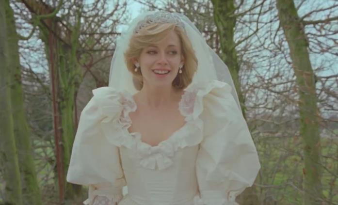 Lady D con addosso l'abito da sposa in Spencer
