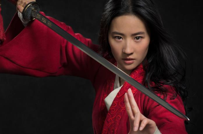 Liu Yifei sfodera la spada nel ruolo di Mulan