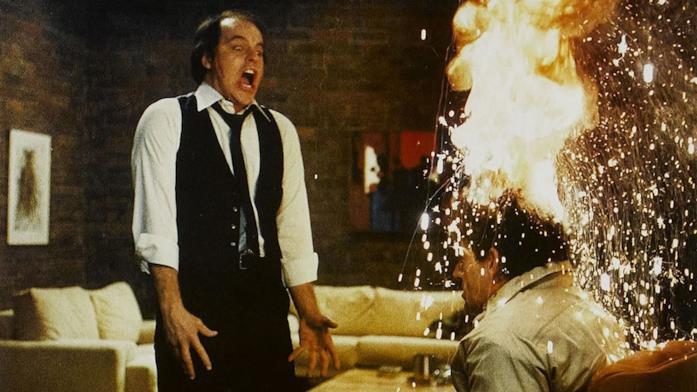 La testa di un uomo esplode nel film Scanners