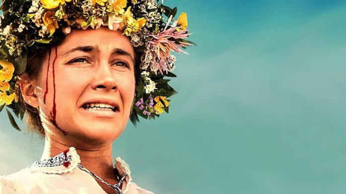 Florence Pugh col capo coperto di fiori, sullo sfondo un cielo azzurro.