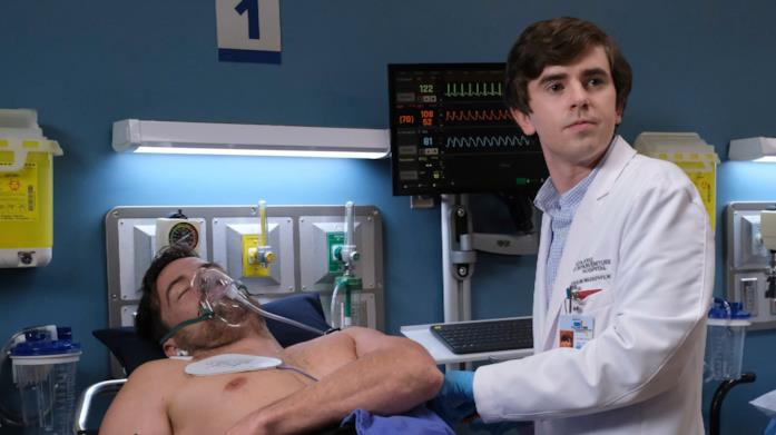 Il protagonista Freddie Highmore in una scena di The Good Doctor