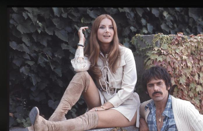 Tomas Milian e Barbara Bouchet in una pausa dal set