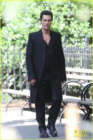 Matthew McConaughey cammina sul set