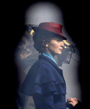 Una foto di Emily Blunt sul set londinese di Mary Poppins