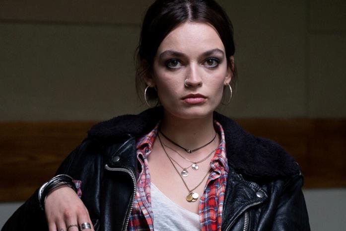 Emma Mackey in una scena di Sex Education