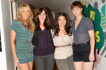 Primo piano di Blake Lively e America Ferrera con Alexis Bledel e Amber Tlambyn
