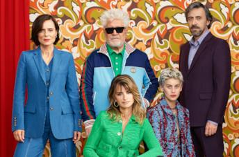Almodóvar e il cast di Madres Paralelas