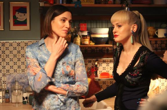 Anna Foglietta e Marina Rocco in una scena del film Genitori quasi perfetti