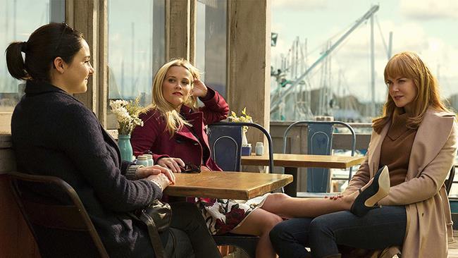 Jane, Madeline e Celeste sedute al bar che chiacchierano